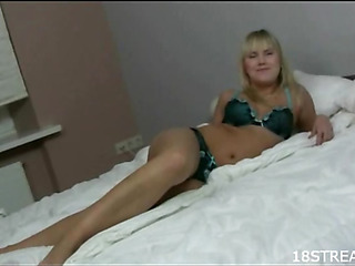 This blondie likes to feel how obese penis is entering snatch